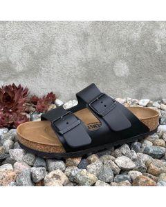 Denne sandalen er bygget opp rundt Birkenstock sin orginale fotseng som beskrevet under. Fotsengen er trukket i naturfarget semske. Overmaterialet/ reimene er i ubehandlet og vakkertnaturlær meden tykkelse på 2,8 til 3,2 millimeter. Den klassisksorte