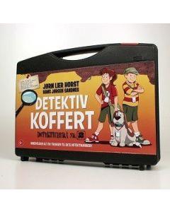 Detektivkoffert Detektivbyrå nr 2 av Jørn Lier-Horst  Start ditt eget detektivbyrå med vennene dine.   Detektivkoffert full av utstyr. Inneholder alt du trenger til ekte detektivarbeid!