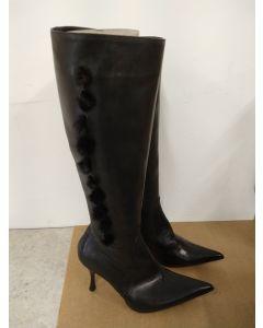 Fantastiske støvletter i sort skinn med pom-pom detaljer.